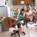 Cậu bé 5 tuổi hát nhạc chế bá đạo