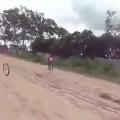 Đẳng cấp đi xe đạp là đây, vui mà tốn tiền đi nha sĩ quá :)))