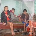 vung-dat-nhieu-nguoi-phat-dien-khoa-than-di-khap-lang-2