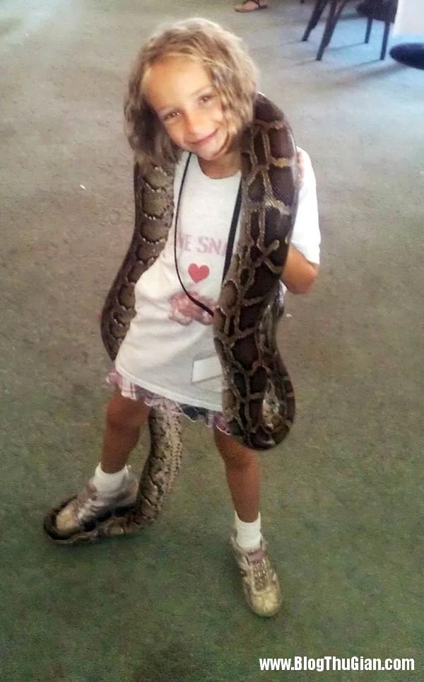 co be song chung voi ran1 Cô bé 9 tuổi sống chung với 29 loài rắn