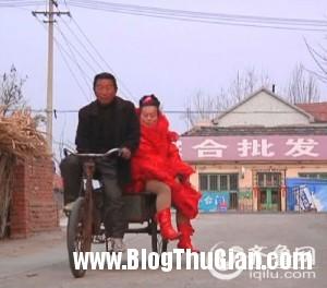 nguoi phu nu suot 10 nam ngay nao cung mac vay cuoi2 300x264 Người phụ nữ mặc váy cưới suốt 10 năm