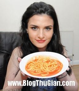 nu sinh song bang my spaghetti  258x300 Cô gái chỉ sống nhờ mì spaghetti