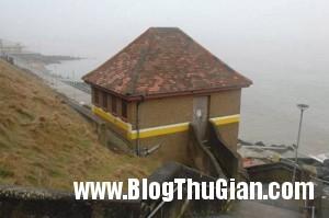 seafront toilet 3226862 9762 1394617884 300x199 Chuyện lạ : mua lại toilet xây biệt thự tặng vợ