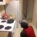 Cách mà anh ấy rán trứng