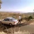 Cảm động chàng trai giữ xe trước lực hút trái đất