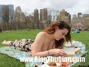 o TOPLESS READING CLUB 570 8247 1399525533 300x227 Hội để ngực trần khi đọc sách