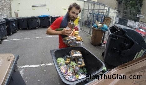 044283d9f020ff6de7017a3f0585cfe691a130ae6ec4ae98c86e5c4e7dc9fe63 Chàng trai ăn thức ăn thừa trong thùng rác từ Pháp đến hà Lan để biểu tình chống lãng phí