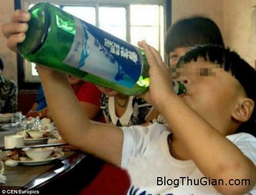 1403661758 s Cậu bé 2 tuổi uống rượu thay sữa hàng ngày
