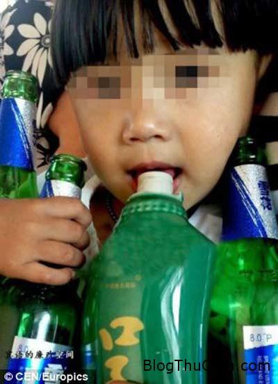 1403661780 s1 Cậu bé 2 tuổi uống rượu thay sữa hàng ngày