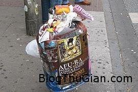 EuropeanmansurvivingbyeatinggarbageduringbikejourneyfromParistoWarsaw Chàng trai ăn thức ăn thừa trong thùng rác từ Pháp đến hà Lan để biểu tình chống lãng phí