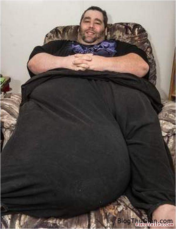 j Người đàn ông mang  của quý  nặng gần 50kg