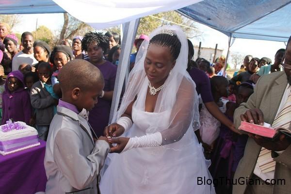 140419 1cuoi 22e14 Đám cưới kỳ lạ giữ cô dâu 62t và chú rể 9 tuổi