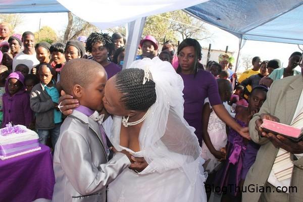 140419 2cuoi 22e14 Đám cưới kỳ lạ giữ cô dâu 62t và chú rể 9 tuổi