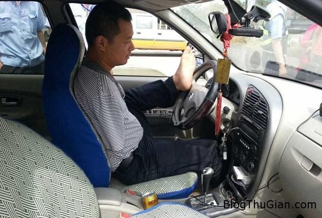 1404394686271 wps 4 An armless man who steere Người đàn ông không tay lái xe vượt 160km mà không ai hay biết