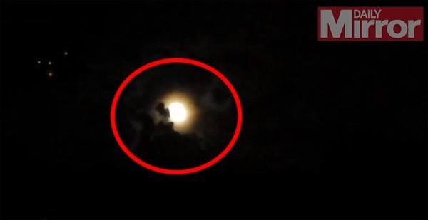140726 1ufo c868a UFO xuất hiện di chuyển rất chậm rồi biến mất sau đám mây.