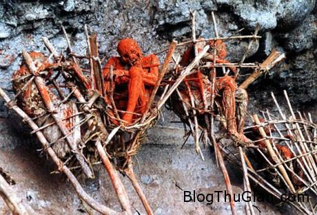 corpse1 1d2b4 Rùng mình với tục hun khói người chết của tộc người Anga