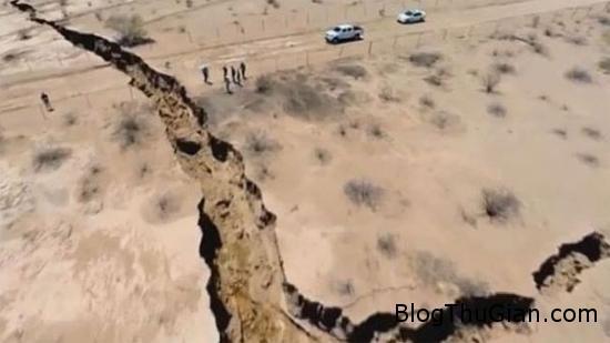 13643 mat dat nut toac Mặt đất đột nhiên đứt gãy thành một hố sâu
