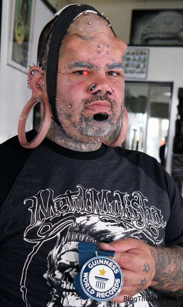 140809 1tai 23cd0 Người đàn ông có nhiều lỗ trên khuôn mặt nhất thế giới