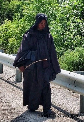 Black woman 1 b74c5 Hóa phụ đen làm nhiều người bối rối khi xuất hiện bí ẩn trên đường