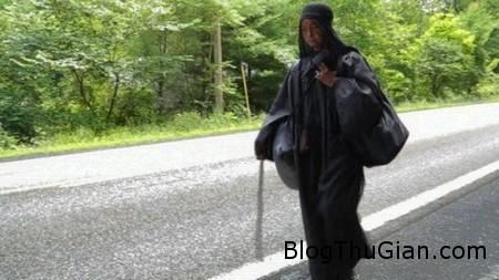 Black woman 2 b74c5 Hóa phụ đen làm nhiều người bối rối khi xuất hiện bí ẩn trên đường