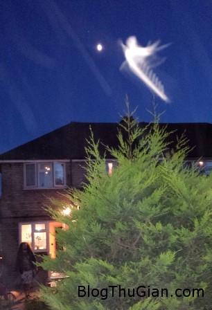 and lo the angel fd1f5 Bức ảnh chụp thiên thần trên mái nhà gay nhiều tranh cãi