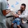 Cậu bé bị chích thuốc mà ngồi cười vật vã