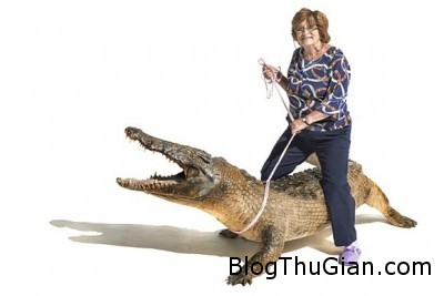 cu ba hon 70 tuoi san ca sau lai may bay ban sung nhu phim hanh dong Khâm phục cụ bà ở tuổi 71 vẫn láy máy bay, săn cá sấu , nhảy dù