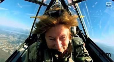 cu ba hon 70 tuoi san ca sau lai may bay ban sung nhu phim hanh dong1 Khâm phục cụ bà ở tuổi 71 vẫn láy máy bay, săn cá sấu , nhảy dù