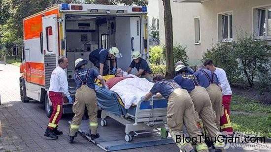 h8 Dục tường, dùng xe nâng để đưa phụ nữ có trọng lượng nặng 325 kg bị bệnh đột ngột tới bệnh viện điều trị