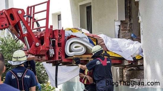 h9 Dục tường, dùng xe nâng để đưa phụ nữ có trọng lượng nặng 325 kg bị bệnh đột ngột tới bệnh viện điều trị
