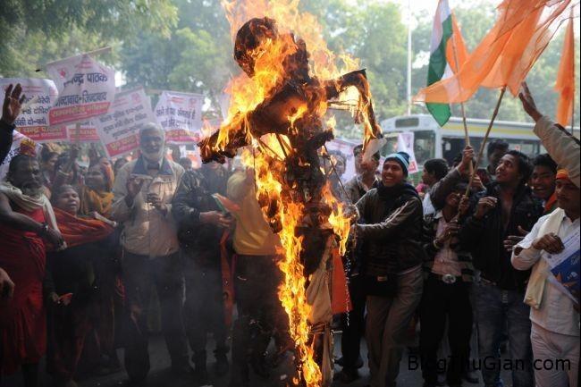 indiarapeprotests20121226 1024x683 Bị cắt của quý vì lợi dụng danh nghĩa pháp sư dỏm hiếp dâm thiếu nữ