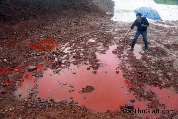 140922 1song caf2e Vùng đất bất ngờ chuyển màu kèm theo những vũng nước đỏ như máu sau trận mưa rào lớn.
