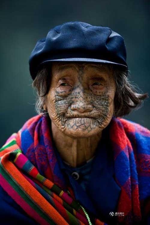 1409988724 1409969110 chuyen la 1  Người phụ nữ duy nhất còn sót lại của bộ tộc xăm mặt