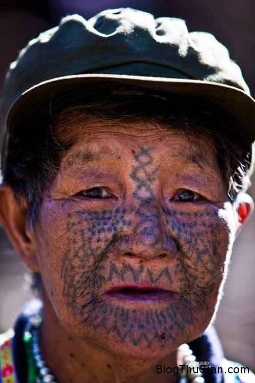 1409988724 1409969110 chuyen la 7  Người phụ nữ duy nhất còn sót lại của bộ tộc xăm mặt
