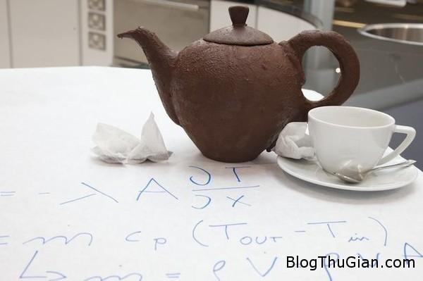 am tra lam tu socola dung nuoc soi khong tan chay1 Chiếc ấm pha trà đầu tiên trên thế giới làm bằng sôcôla