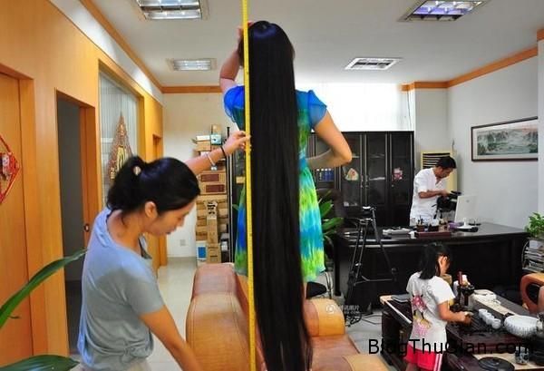 ban dau gia mai toc dai 2 met de quyen tien cho truong hoc1 Bán mái tóc dài gần 2m của mình để quyên tiền cho một trường trung học