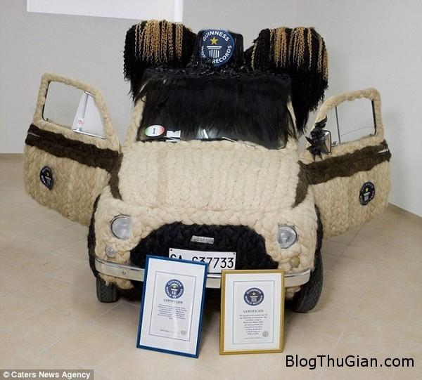 141007 1xe f7c2e Độc đáo chiếc ô tô được phủ kín bằng tóc