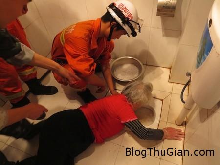 Stuck toilet 1 3cc07 Kẹt tay vào bồn cầu suốt 4 tiếng vì làm rơi răng giả