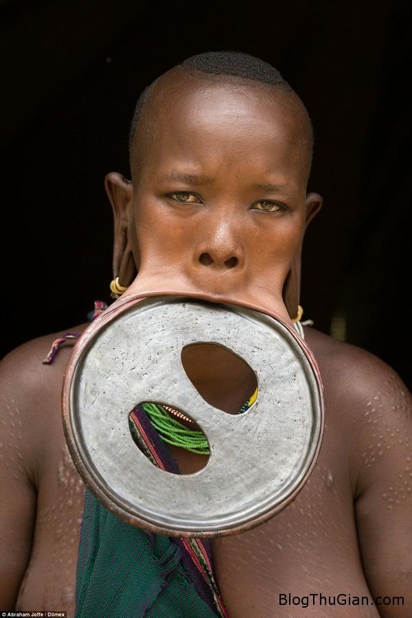 co gai deo khuyen dia moi lon nhat the gioi co chu vi 595cm Gặp gỡ người phụ nữ có đôi môi cuốn hút nhất ...bộ lạc Surma