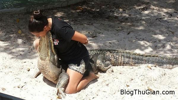 nguoi phu nu mang thai 8 thang choi dua cung ca sau3 Người phụ nữ có bầu 8 tháng chơi đùa với cá sấu