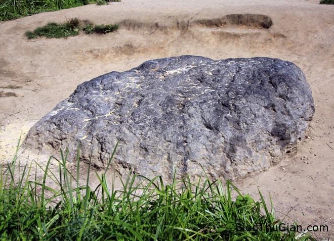 tangdaxanh4 Tảng đá bí ẩn năng 12 tấn chuyển màu sau mỗi trân mưa