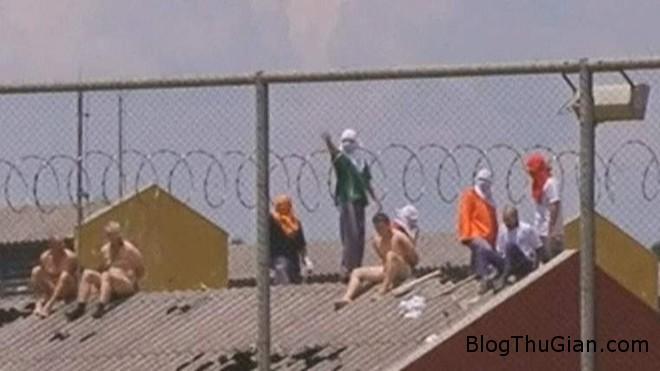 zing tu1 Tù nhân nỗi loạn bắt cai ngục cởi trần phơi nắng trên mái nhà sau đó ném xuống đất
