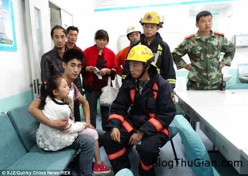 1414493300 2 Tai nạn hi hữu : Bbé gái bị mắc kẹt lưỡi vào nắp cốc nhựa