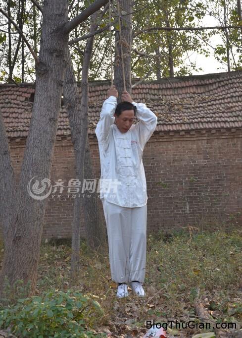 nguoi dan ong hang ngay luyen tap bo mon kungfu treo co Người đàn ông luyện công bằng cách treo cổ