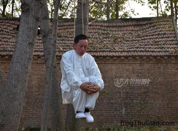 nguoi dan ong hang ngay luyen tap bo mon kungfu treo co1 Người đàn ông luyện công bằng cách treo cổ