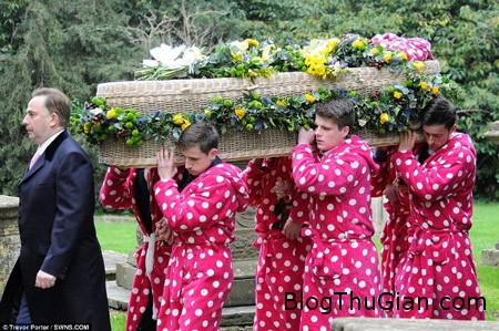 1 1 1d78e Kỳ lạ đám tang màu hồng chấm bi