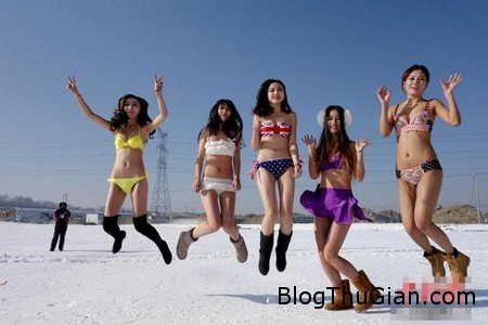 Bikini snow 1 e530e Bắt nhân viên mặc Bikini trượt tuyết để thu hút khách du lịch