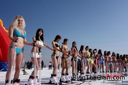 Bikini snow 2 e530e Bắt nhân viên mặc Bikini trượt tuyết để thu hút khách du lịch