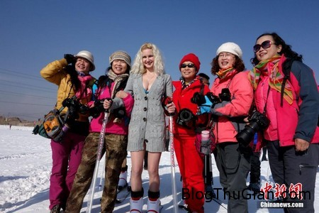 Bikini snow 5 e530e Bắt nhân viên mặc Bikini trượt tuyết để thu hút khách du lịch