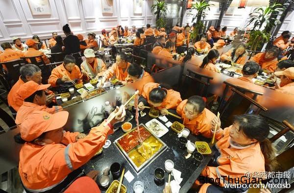 chieu dai bua trua mien phi cho 180 cong nhan ve sinh  Chiêu đãi 180 phần ăn miễn phí cho công nhân vệ sinh